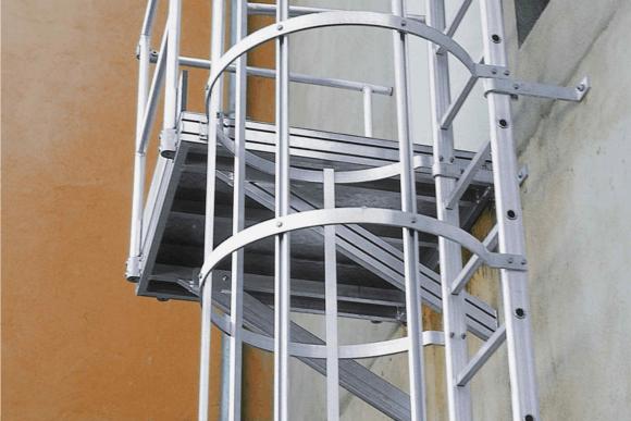 Echelle à crinoline pour bâtiment