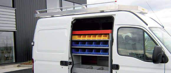Aménagement d'utilitaire et de fourgon avec étagère pour bac de rangement
